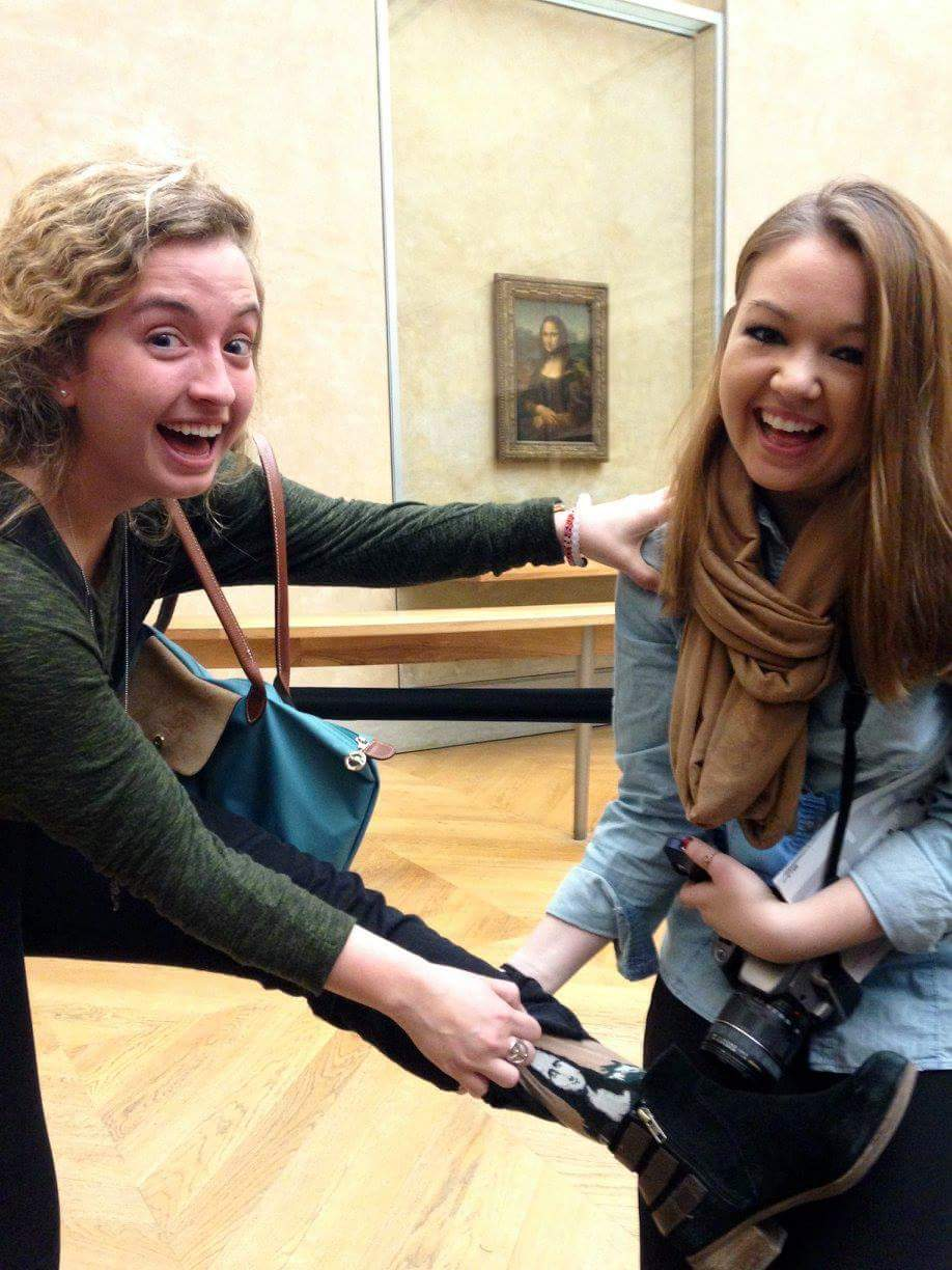 2 students posing in front of the mona lisa