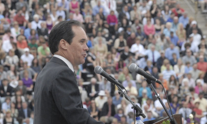 Paul Holland speaking at JMU May 2009 Commencement ceremony