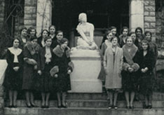 1931 French Club poses with Joan of Arc